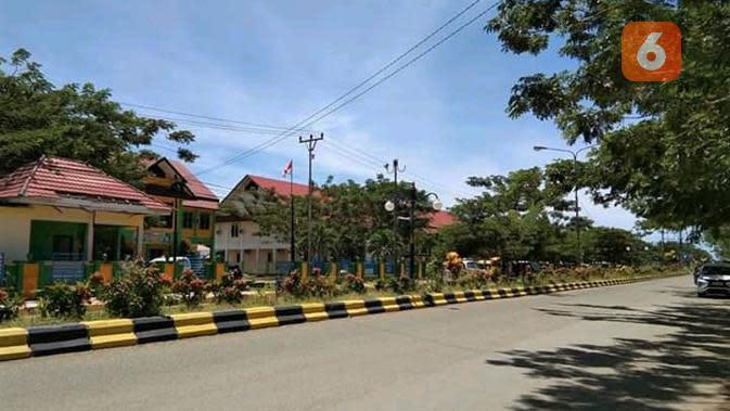 Suasana salah satu sekolah dan jalan utama di Kabupaten Buol saat pandemi Covid-19. Warga memilih tetap di rumah jelang pelaksanaan PSBB Kabupaten Buol. (Foto: Haerudin).