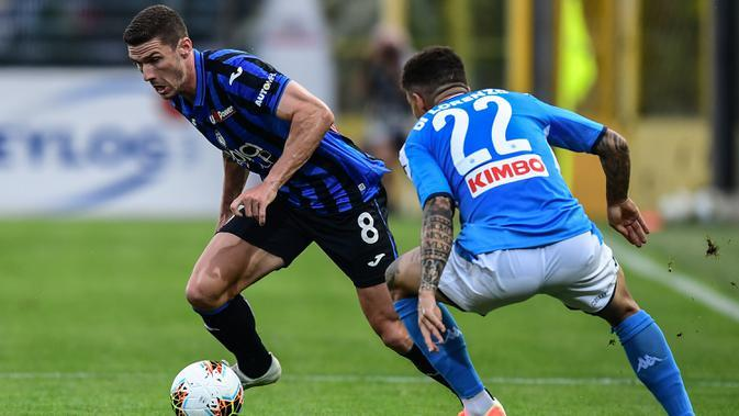 Bek Atalanta, Robin Gosens, berebut bola dengan bek Napoli, Giovanni Di Lorenzo, pada laga lanjutan Serie A pekan ke-29 di Gewiss Stadium, Jumat (3/7/2020) dini hari WIB. Atalanta menang 2-0 atas Napoli. (AFP/Miguel Medina)