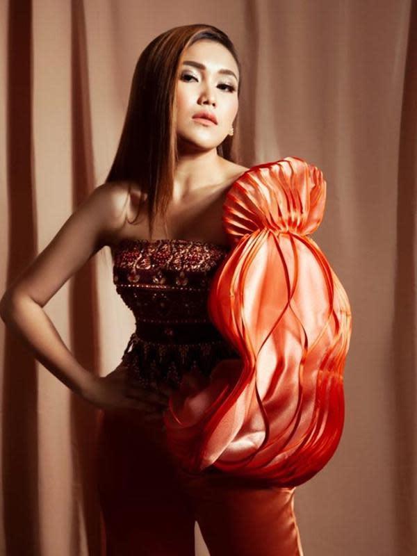 Ayu Ting Ting tampil nyentrik bak ABG saat lakoni pemotretan terbarunya. (Sumber: Instagram/@ayutingting92)