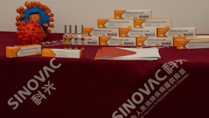 Vaksin SARS CoV-2 untuk COVID-19 ditampilkan selama tur pabrik vaksin SinoVac di Beijing, Kamis (24/9/2020). Perusahaan farmasi China, Sinovac mengatakan vaksin virus corona yang dikembangkannya akan siap didistribusikan ke seluruh dunia, termasuk AS, pada awal 2021. (AP Photo/Ng Han Guan)