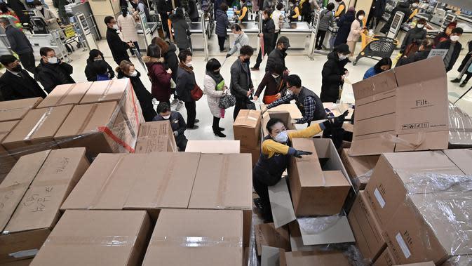 Orang-orang antre untuk membeli masker di toko ritel di kota tenggara Daegu, Selasa (25/2/2020). Otoritas Korea Selatan (Korsel) melaporkan 60 kasus baru Virus Corona COVID-19 di negeri itu pada hari ini, Selasa (25/2), sehingga kini total 893 orang terinfeksi virus tersebut. (Jung Yeon-je / AFP)