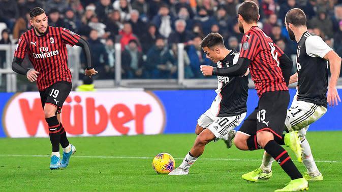 Striker Juventus, Paulo Dybala, melepaskan tembakan ke arah gawang AC Milan pada pekan 12 Liga Italia 2019-2020 di Allianz Stadium, Minggu (10/11/2019). Juventus sukses memetik poin penuh usai menang tipis 1-0 atas tamunya, AC Milan berkat gol tunggal Dybala. (Alessandro Di Marco/ ANSA via AP)