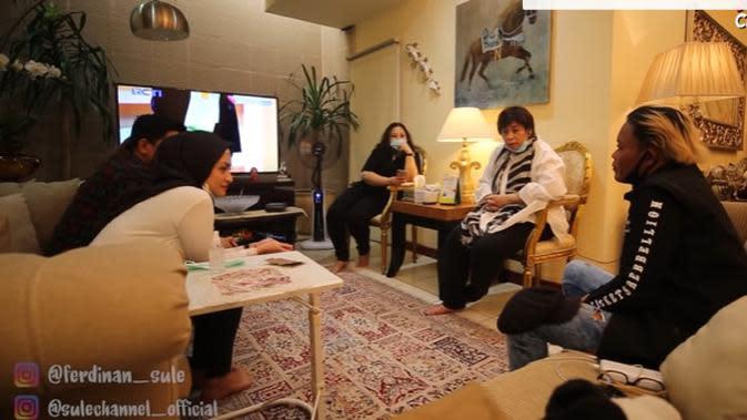 Momen Sule ditemani Nathalie Holscher bertemu keluarganya. (Sumber: YouTube/SULE Channel)
