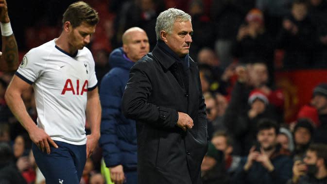 Ekspresi Pelatih Tottenham Hostpur, Jose Mourinho saat berjalan usai pertandingan melawan Manchester United pada lanjutan Liga Inggris di Old Trafford, Rabu (4/12/2019). Mourinho gagal mengalahkan Manchester United mantan klub yang pernah dilatihnya. (AFP Photo/Oli Scarff)