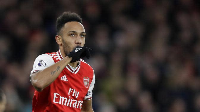 Striker Arsenal Pierre-Emerick Aubameyang berselebrasi usai mencetak gol ketiga untuk timnya ke gawang Everton dalam lanjutan Liga Inggris di Emirates Stadium, Senin (24/2/2020) dini hari WIB. (AP Photo/Kirsty Wigglesworth)