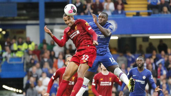 Bek Liverpool, Joel Matip berebut bola udara dengan bek Chelsea, Kurt Zouma selama pertandingan lanjutan Liga Inggris di Stadion Stamford Bridge, London (22/9/2019). Liverpool menang tipis atas Chelsea 2-1. (AP Photo/Frank Augstein)
