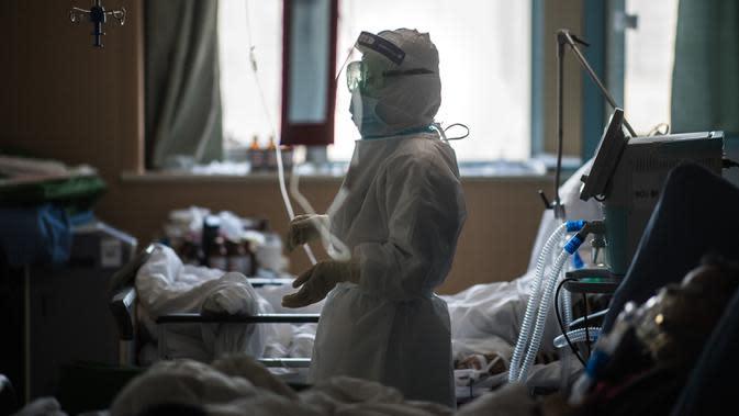 Han Yi, petugas medis dari Provinsi Jiangsu, bekerja di bangsal ICU Rumah Sakit Pertama Kota Wuhan di Wuhan, Provinsi Hubei, 22 Februari 2020. Para tenaga medis dari seluruh China telah mengerahkan upaya terbaik mereka untuk mengobati para pasien COVID-19 di rumah sakit tersebut. (Xinhua/Xiao Yijiu)
