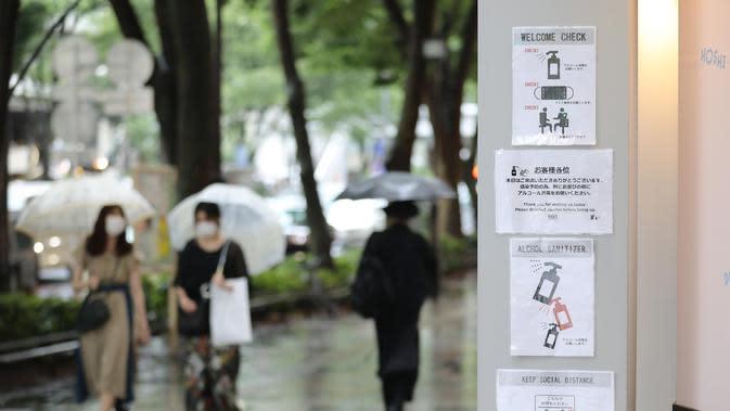 Tanda informasi pencegahan dan pengendalian COVID-19 terlihat di luar sebuah kafe di Tokyo, Jepang (30/6/2020). Pemerintah kota metropolitan Tokyo mengonfirmasi kasus infeksi baru COVID-19 yang telah mencapai angka 50 di tengah kekhawatiran kemunculan kembali kasus penularan. (Xinhua/Du Xiaoyi)