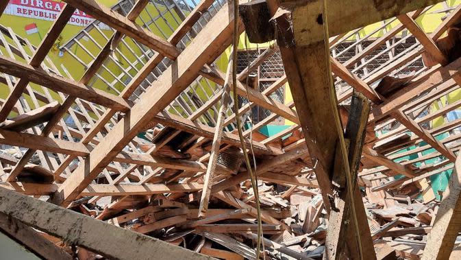 Angin Kencang Melanda Karawang, Atap Bangunan SDN Sarimulya 1 Ambruk