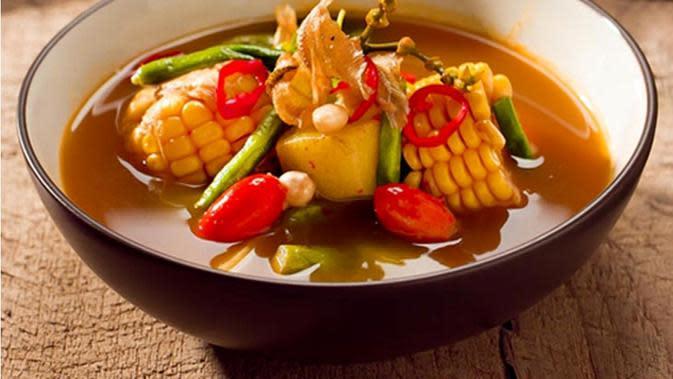 Lelah seharian bekerja dan berpuasa, yuk segarkan hari dengan menyatap sayur asem. Ini resepnya!  Via: resepumi.com