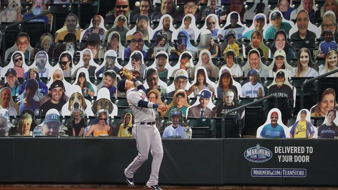 Penonton tiruan menghiasi tribun penonton pada pertandingan baseball Houston Astros melawan Seattle Mariners di T-Mobile Park pada 21 September 2020. (AFP/Abbie Parr/Getty Images)