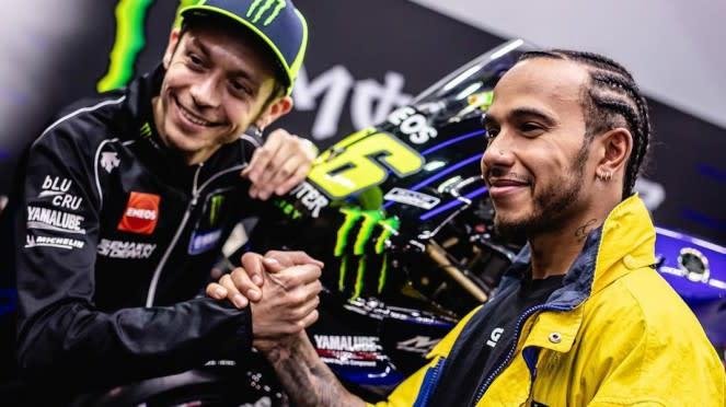Valentino Rossi (kiri) dan Lewis Hamilton