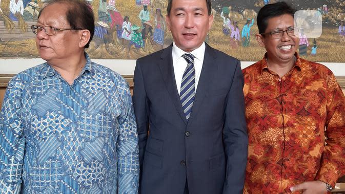 Duta Besar Kazakhstan untuk Republik Indonesia Daniyar Sarekenov (tengah) dan Mantan Dubes RI untuk Kazakhstan Foster Gultom (batik biru). Dok: Tommy Kurnia/Liputan6.com