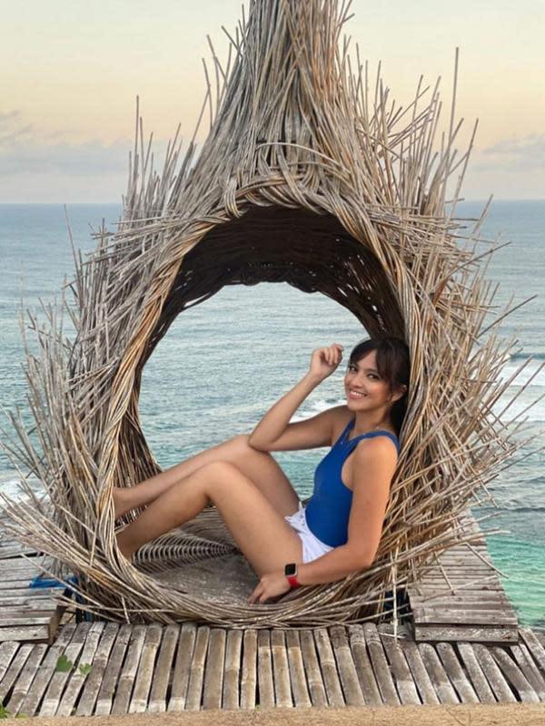 Beberapa tempat wisata di kunjungi Nia dan keluarganya. Perempuan 30 tahun itu tampak bahagia berpose disalah satu spot di pinggir pantai. (Instagram/ramadhaniabakrie)