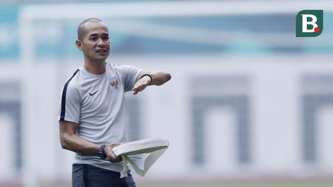 Staf pelatih Indonesia, Kurniawan Dwi Yulianto, saat sesi latihan di Stadion Wibawa Mukti, Jawa Barat, Jumat (02/11/2018). Latihan tersebut dalam rangka persiapan jelang laga Piala AFF 2018. (Bola.com/M Iqbal Ichsan)