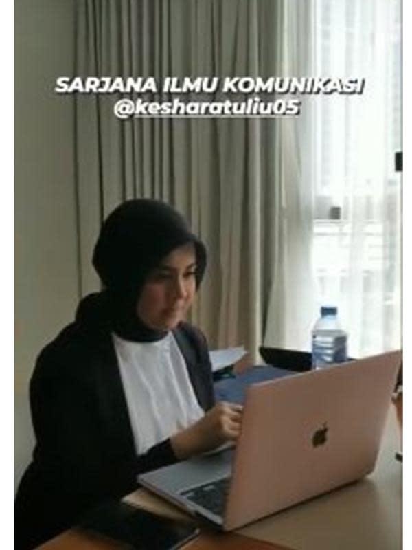 6 Momen Bahagia Kesha Ratuliu Setelah Resmi Jadi Sarjana, Banjir Hadiah (sumber: Instagram.com/kesharatuliu)