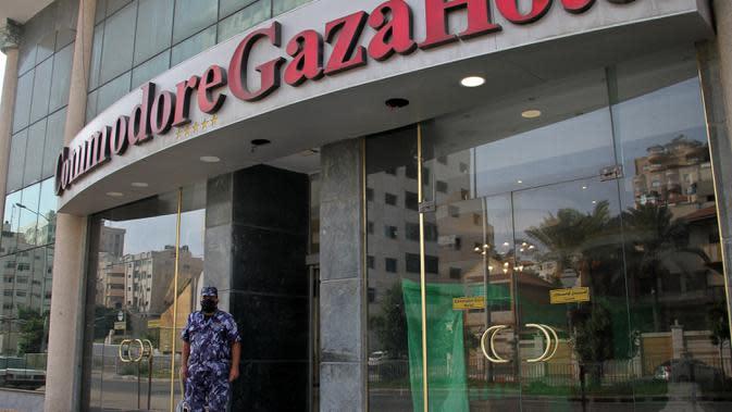 Seorang polisi Palestina berdiri di depan sebuah hotel di Gaza City, 17 September 2020. Lebih dari 500 tempat wisata di Gaza, termasuk hotel, restoran, gedung pernikahan, dan kafe, telah ditutup menyusul penerapan lockdown yang menyebabkan 7.000 pekerja menganggur sementara (Xinhua/Rizek Abdeljawad)