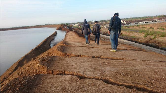 Tanggul lumpur Lapindo jebol, warga khawatir meluber masuk ke rumah. (Liputan6.com/Dian Kurniawan)