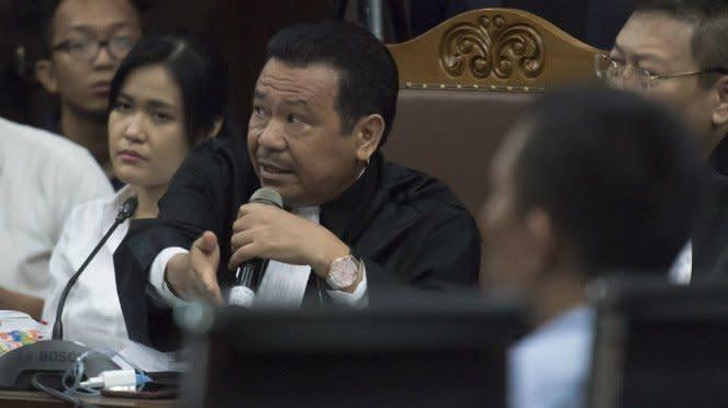 Terdakwa kasus dugaan pembunuhan berencana Wayan Mirna Salihin, Jessica Kumala Wongso (kiri) didampingi Penasihat Hukumnya Otto Hasibuan (kedua kiri) mengikuti sidang lanjutan di Pengadilan Negeri Jakarta Pusat.
