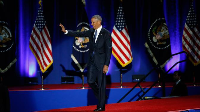 Presiden AS Barack Obama melambaikan tangan sesaat sebelum menyampaikan pidato perpisahannya sebagai pemimpin negara di Chicago, Selasa (10/1). Pidato perpisahan presiden menjadi tradisi dalam politik Negeri Abang Sam. (AP Photo/Charles Rex Arbogast)