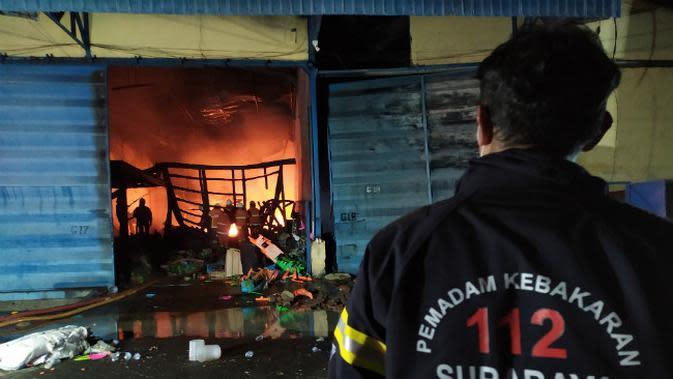Dinas PMK Surabaya memadamkan kebakaran di kawasan pergudangan Margomulyo Jaya (Foto: Dok Istimewa)