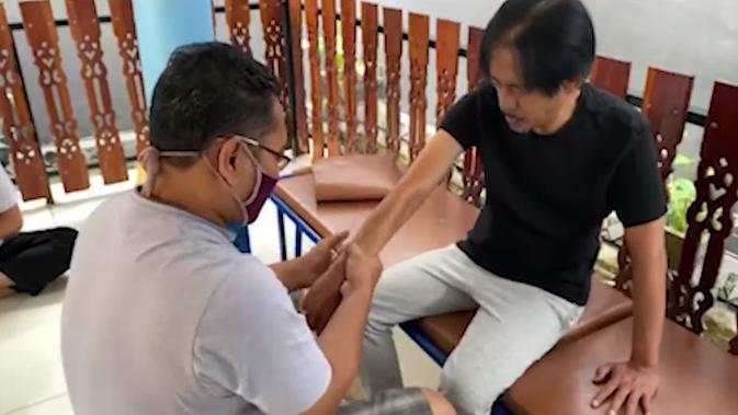 Epy Kusnandar jalani pengobatan stroke (Sumber: YouTube/Epy Kusnandar)
