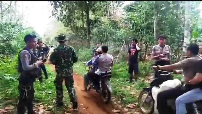Para aparat kepolisian, anggota TNI dan BKSDA Sumsel mengevakuasi para petani di Kecamatan Dempo Selatan Kota Pagar Alam Sumsel (Liputan6.com / Nefri Inge)