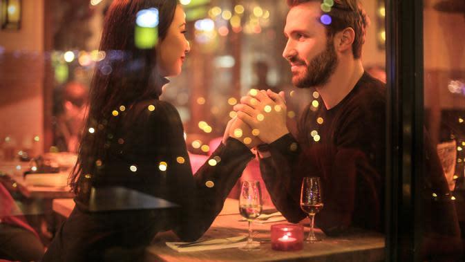Ilustrasi Pasangan Berkencan Credit: pexels.com/AndreaPiacquadio