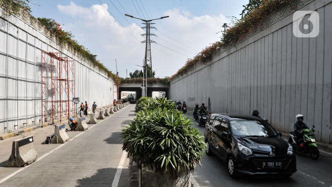 Kendaraan dari arah Simpang Senen saat melintasi aktivitas pekerja menyelesaikan proyek Underpass Senen Extension, Jakarta, Rabu (1/7/2020). Penutupan underpass tersebut menyebabkan kemacetan panjang karena jalan menyempit ditambah adanya perlintasan kereta api. (merdeka.com/Iqbal S. Nugroho)