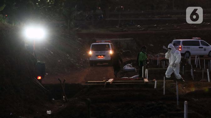 Petugas usai melakukan pemakaman jenazah pasien terinfeksi COVID-19 di TPU Pondok Ranggon, Jakarta, Selasa (8/9/2020). Hingga Selasa (8/9) jumlah kasus Covid-19 di Indonesia mencapai 200.035 orang, terhitung sejak diumumkannya pasien pertama pada 2 Maret 2020. (Liputan6.com/Helmi Fithriansyah)
