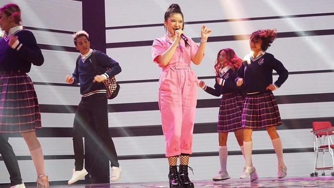 Penyanyi asal Jember ini tidak jarang juga tampil dengan gaya yang imut. Menggunakan pakaian cerah berwarna pink, ia tampak sangat menggemaskan. Dengan suara emasnya, tidak heran ia disukai banyak orang. (Liputan6.com/IG/@tiaraandini)