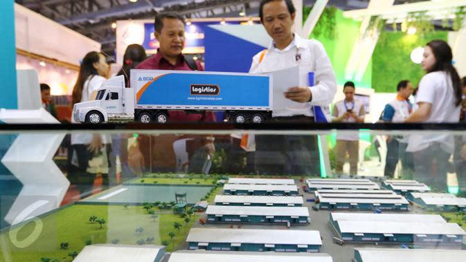 Pengunjung melihat maket kawasan logistik Bhanda Ghara Reksa (BGR) BUMN bidang logistik IBD Expo 2016 di Jakarta, Kamis (8/9). Saat ini BGR mempersiapkan untuk menunjang kegiatan bisnis yang ada dalam Holding BUMN Pangan. (Liputan6.com/Fery Pradolo)