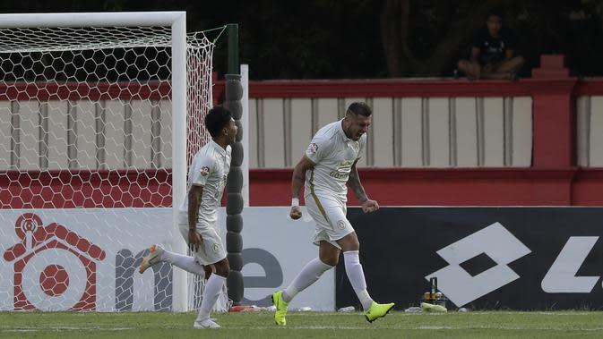 Striker PSS Sleman, Yevhen Bokhashvili, merayakan gol yang dicetaknya ke gawang Bhayangkara FC pada laga Shopee Liga 1 di Stadion PTIK, Jakarta, Jumat (4/10). PSS menang 2-0 atas Bhayangkara. (Bola.com/Yoppy Renato)