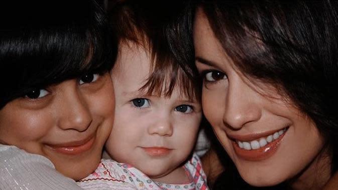 Eva bersama adik perempuannya beda ayah, Manu.