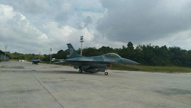 Pesawat tempur F-16 Lanud Roesmin Nurjadin Pekanbaru yang dikirim memperkuat kedaulatan Indonesia di Laut Natuna. (Liputan6.com/M Syukur)