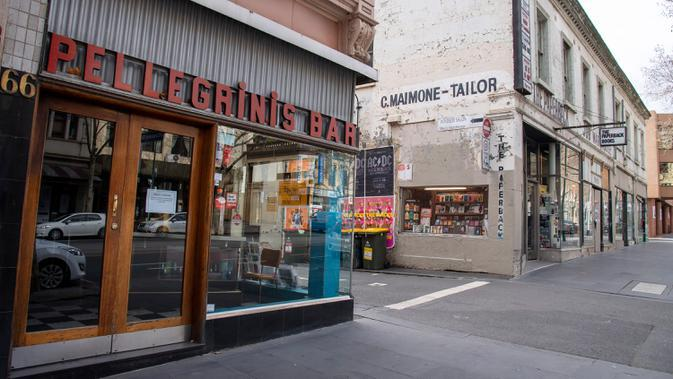 Pellegrinis Cafe dan toko buku The Paperback tutup selama lockdown atau penguncian wilayah di Melbourne, Kamis (6/8/2020). Negara bagian Victoria, hotspot COVID-19 di Australia, melakukan lockdown dan menutup bisnis ritel sebagai upaya mencegah penyebaran virus corona. (AP Photo/Andy Brownbill)