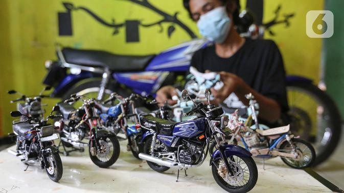 Deretan miniatur motor yang dipajang di Kampung Dukuh, Serua, Tangerang Selatan, Sabtu (17/10/2020). Miniatur motor dengan rasio 1:18 yang dikerjakan sendiri mampu memproduksi 1 buah dalam jangka waktu dua hari. (Liputan6.com/Fery Pradolo)