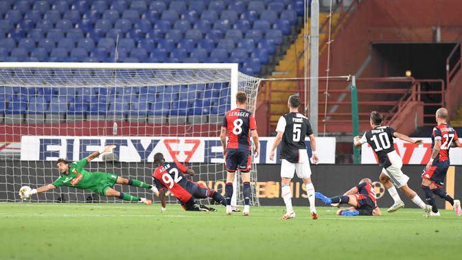 Pemain Juventus Paulo Dybala (kedua kanan) mencetak gol ke gawang Genoa pada pertandingan Serie A di Stadion Luigi Ferraris, Genoa, Italia, Selasa (30/6/2020). Juventus kokoh memuncaki klasemen sementara usai mengalahan Genoa 3-1. (Tano Pecoraro/LaPresse via AP)