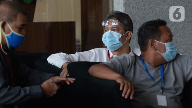 Dirut PT Bumiloka Tegar Perkasa dan Direktur PT Abadi Santoso Perkasa, Nanang Hamdani Basnawi menunggu di lobi Gedung KPK, Jakarta, Kamis (2/7/2020). Nanang diperiksa sebagai saksi untuk tersangka mantan Dirut PT Dirgantara Indonesia (Persero) (PTDI), Budi Santoso. (merdeka.com/Dwi Narwoko)