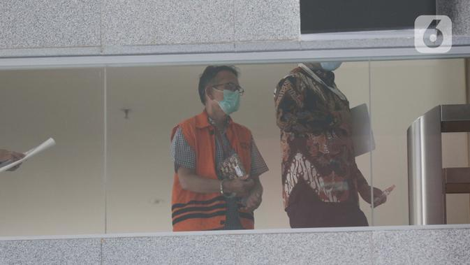 Mantan Direktur Utama PTDI, Budi Santoso (kiri) dikawal petugas jelang meninggalkan Gedung KPK Jakarta, Senin (7/9/2020). KPK memperpanjang masa penahanan Direktur Utama PTDI, Budi Santoso. (Liputan6.com/Helmi Fithriansyah)