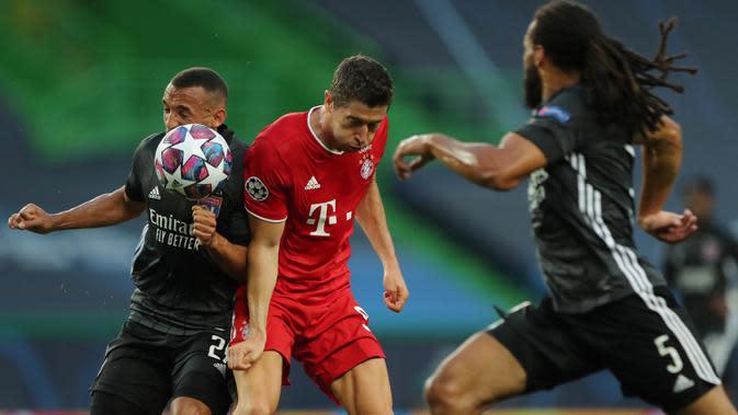 Penyerang Bayern Munchen, Robert Lewandowski, berebut bola dengan bek Olympique Lyon, Marca, pada semifinal Liga Champions 2019/2020 di Estadio Jose Alvalade, Kamis (20/8/2020) dini hari WIB. Bayern Munchen menang 3-0 atas Lyon. (AFP/Miguel A. Lopes/pool)
