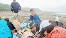 搶救擱淺新北海灘兩隻瓜頭鯨 海保救援網緊急動員