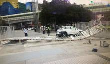 轎車失控打滑? 公園劇場鐵門遭撞斷