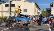 小貨車入侵卡鐵道 區間車猛撞慘成廢鐵