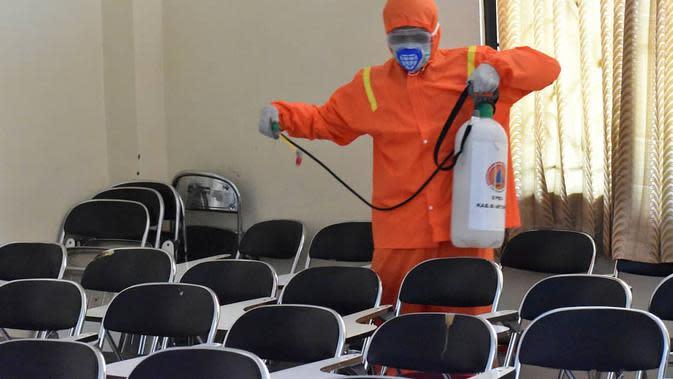 Penyemprotan Disinfektan di Unsoed. (Humas Unsoed/Liputan6.com/Muhamad Ridlo)
