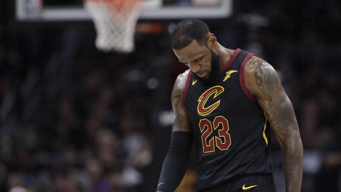 Pebasket Cleveland Cavaliers, LeBron James, tampak kecewa usai dikalahkan Golden State Warriors pada final NBA di Quicken Loans Arena, Ohio, Jumat (8/6/2018). Warriors juara setelah menang 4-0 atas Cavaliers. (AFP/Tony Dejak)