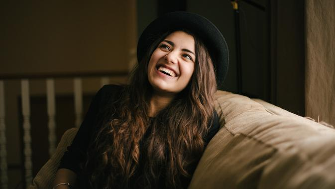 perempuan tertawa/Photo by Priscilla Du Preez on Unsplash