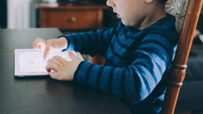 Ilustrasi anak main gadget. (dok. Pixabay.com/StockSnap/Putu Elmira)