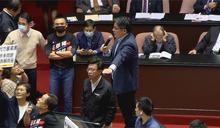 快新聞/邱顯智爬上講台質詢怒罵國民黨:你們這樣我怎麼質詢?