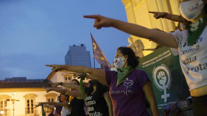 Pengunjuk rasa hak-hak aborsi meneriakkan slogan-slogan selama demonstrasi yang menandai Hari Dekriminalisasi Aborsi di Amerika Latin dan Karibia di luar majelis legislatif negara bagian di Rio de Janeiro, Brasil, Senin (28/9/2020). (AP Photo/Silvia Izquierdo)